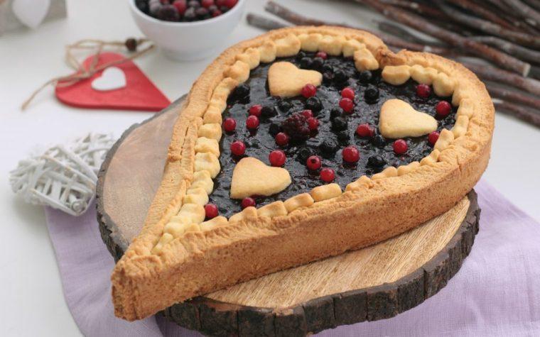Crostata a forma di cuore ai frutti di bosco
