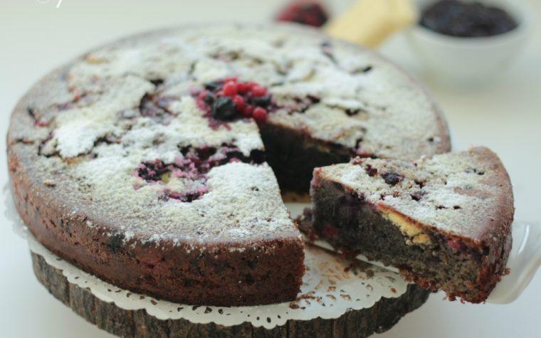Torta con frutti di bosco e cioccolato bianco