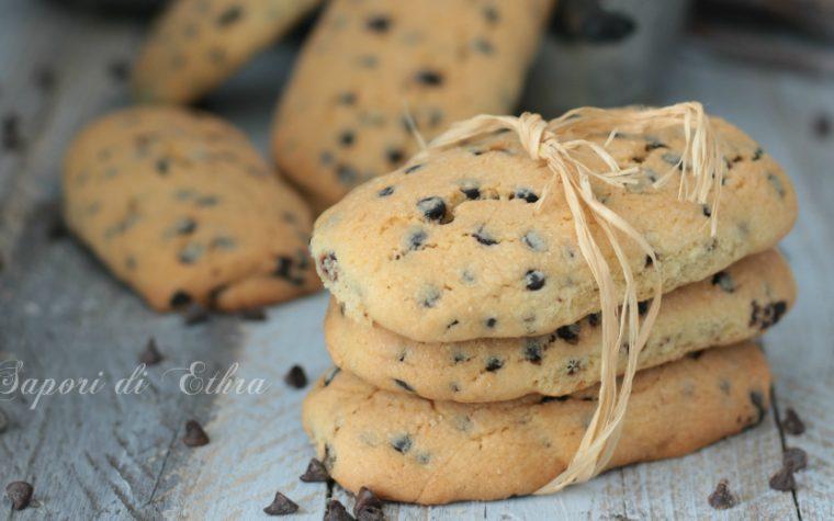 Biscotti inzupposi con gocce di cioccolato gustosi