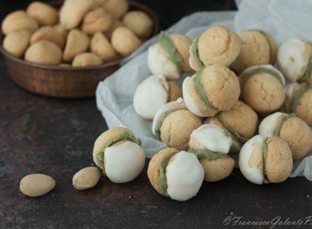 Biscotti Baci di Dama al pistacchio glassati