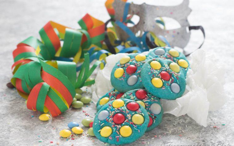 Biscotti colorati con confetti di cioccolato