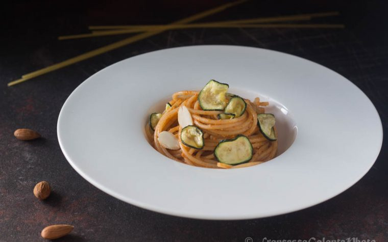 Spaghetti con pesto di mandorle e zucchine