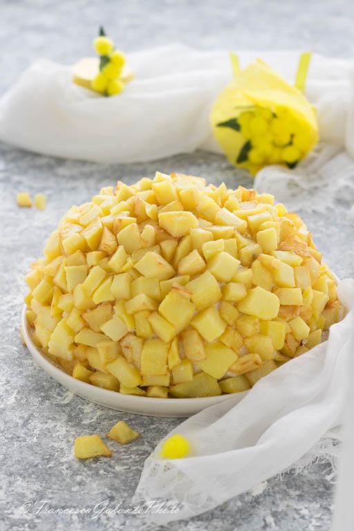 Torta mimosa salata con patatine fritte