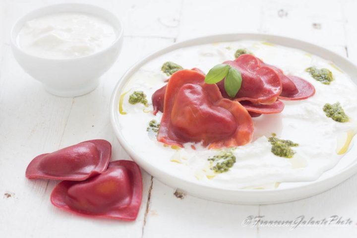 Cuori di pasta rossa con stracciatella e pesto