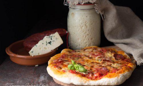 Pizza gorgonzola e salsiccia piccante