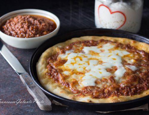 Pizza con ragù alla bolognese a lunga lievitazione