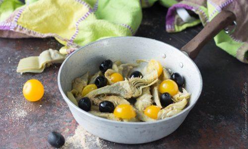 Contorno di carciofi con olive e datterino giallo