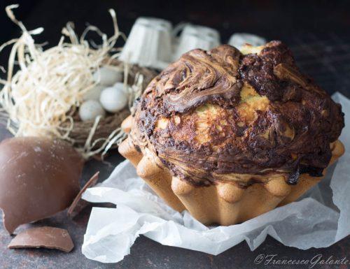 Torta alta e soffice con uova di cioccolato sopra