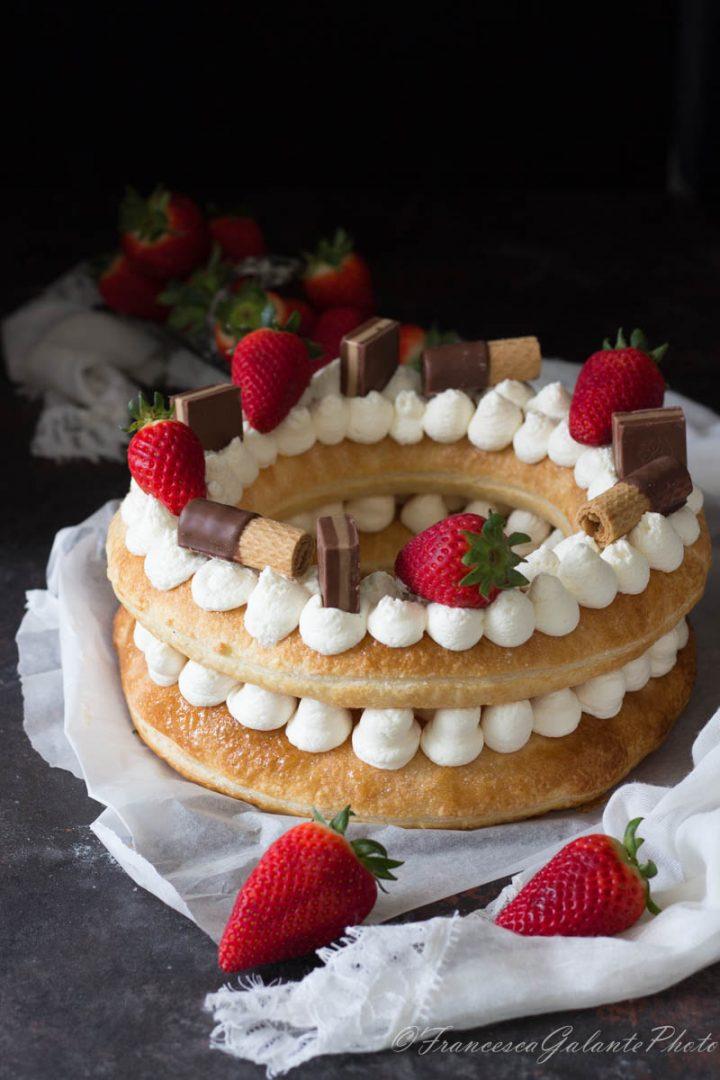 Torta ciambella con sfoglia e fragole