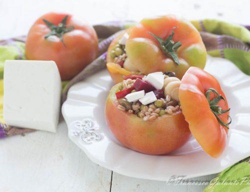 Pomodori freddi ripieni di insalata di cereali
