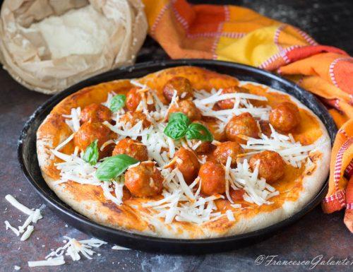 Pizza e polpette al sugo con cacioricotta