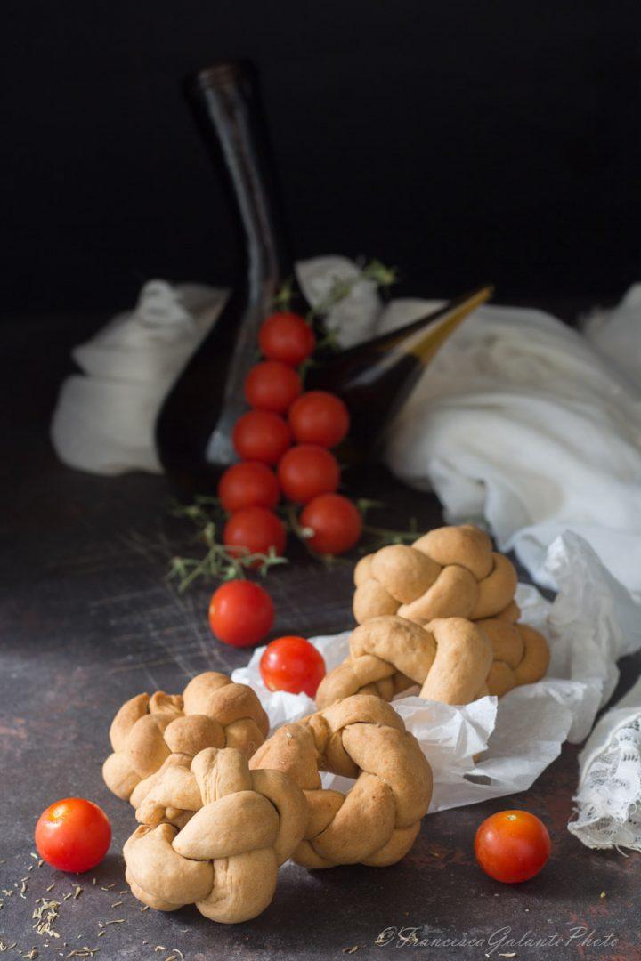 Ricetta taralli pugliesi al pomodoro intrecciati.