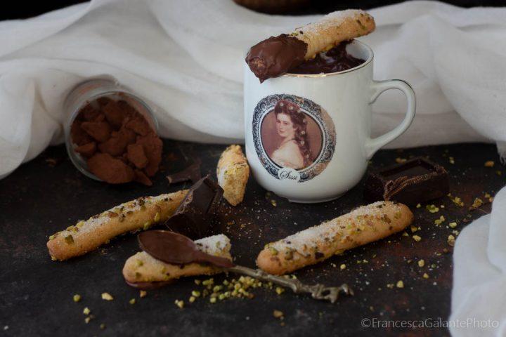Frollini al burro con pistacchio e cioccolata calda