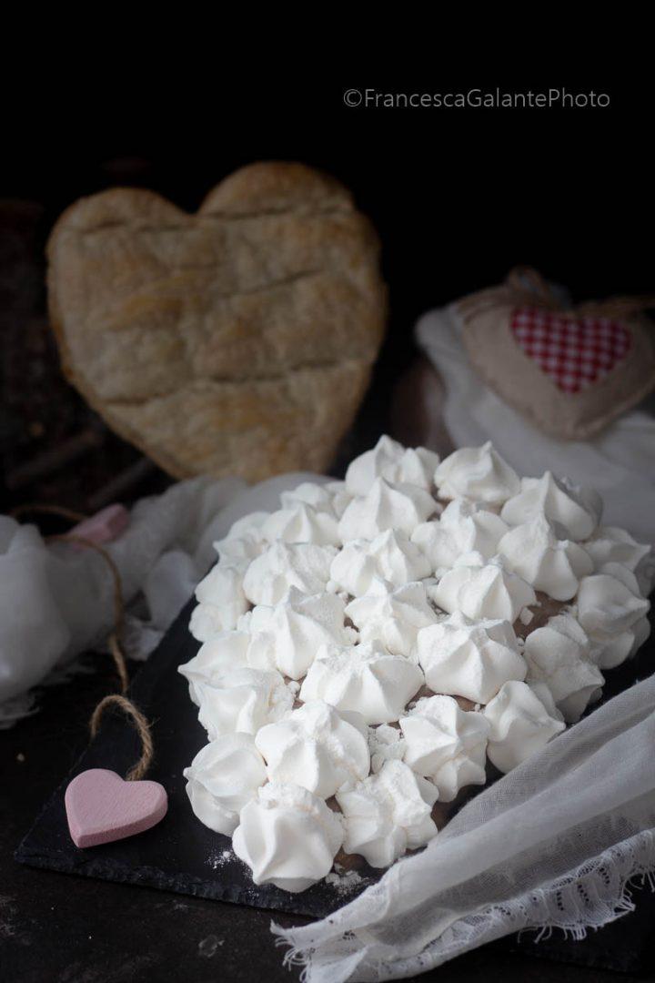 Torta romantica di sfoglia meringata