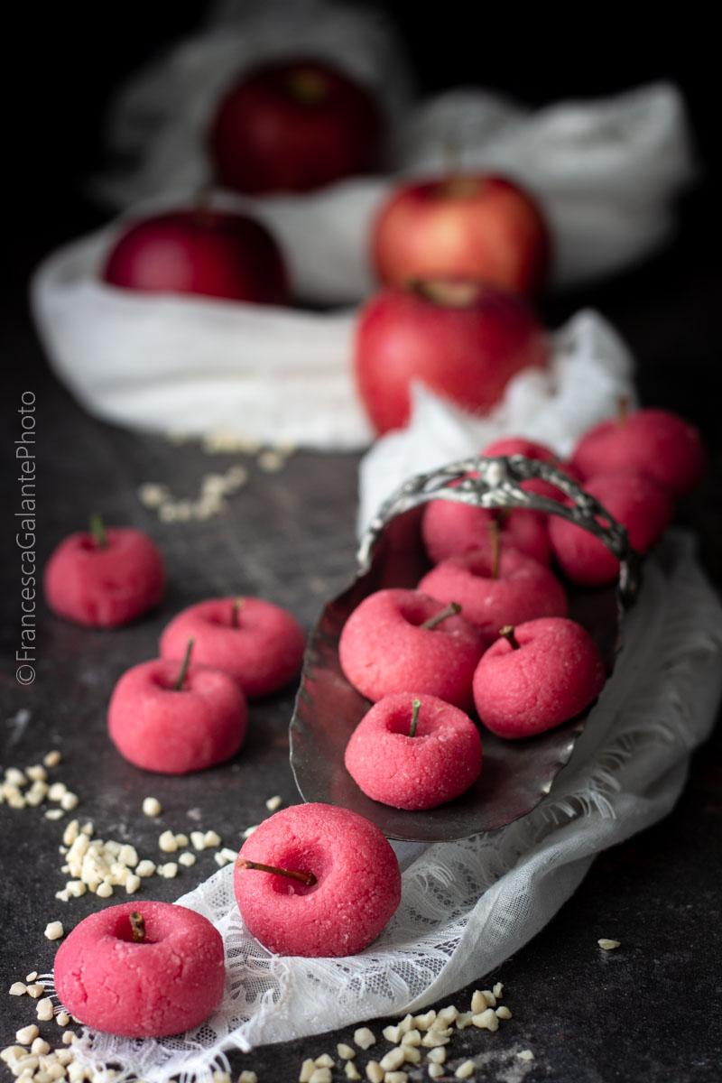 Pasticcini di mandorle e mele rosse frullate