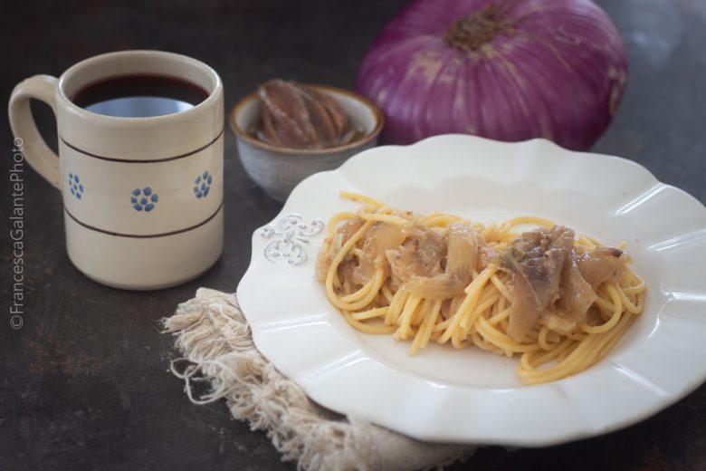 Spaghetti con cipolla di Acquaviva e acciughe