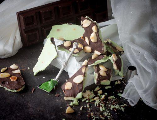 Snack cioccolato e  pistacchio con mandorle