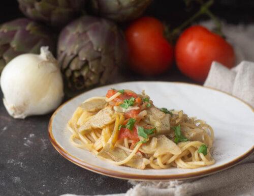 Spaghetti carciofi cipolla e pomodori