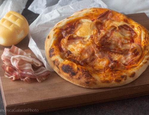 Pizza con pancetta e scamorza affumicata