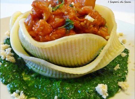 Caccavella con ragù di salsiccia, zucca e funghi porcini; su letto di purea di spinaci.