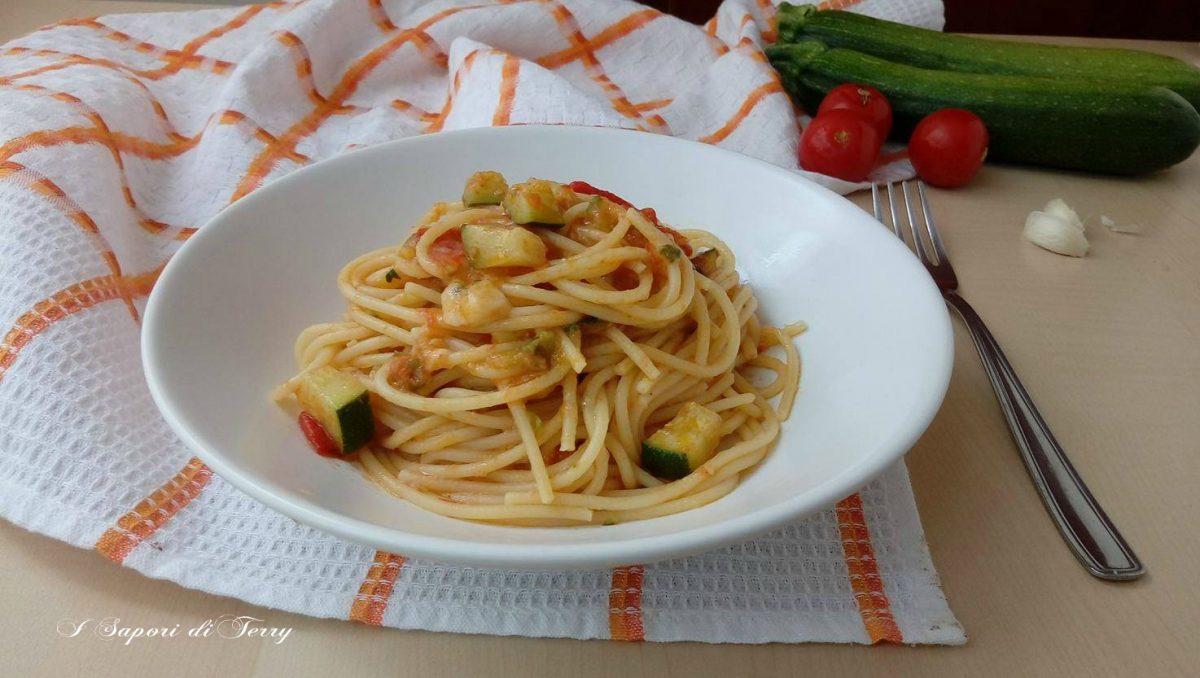 Spaghetti con zucchine pomodorini e grana