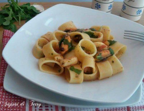Calamarata con gamberetti cozze calamari e rucola