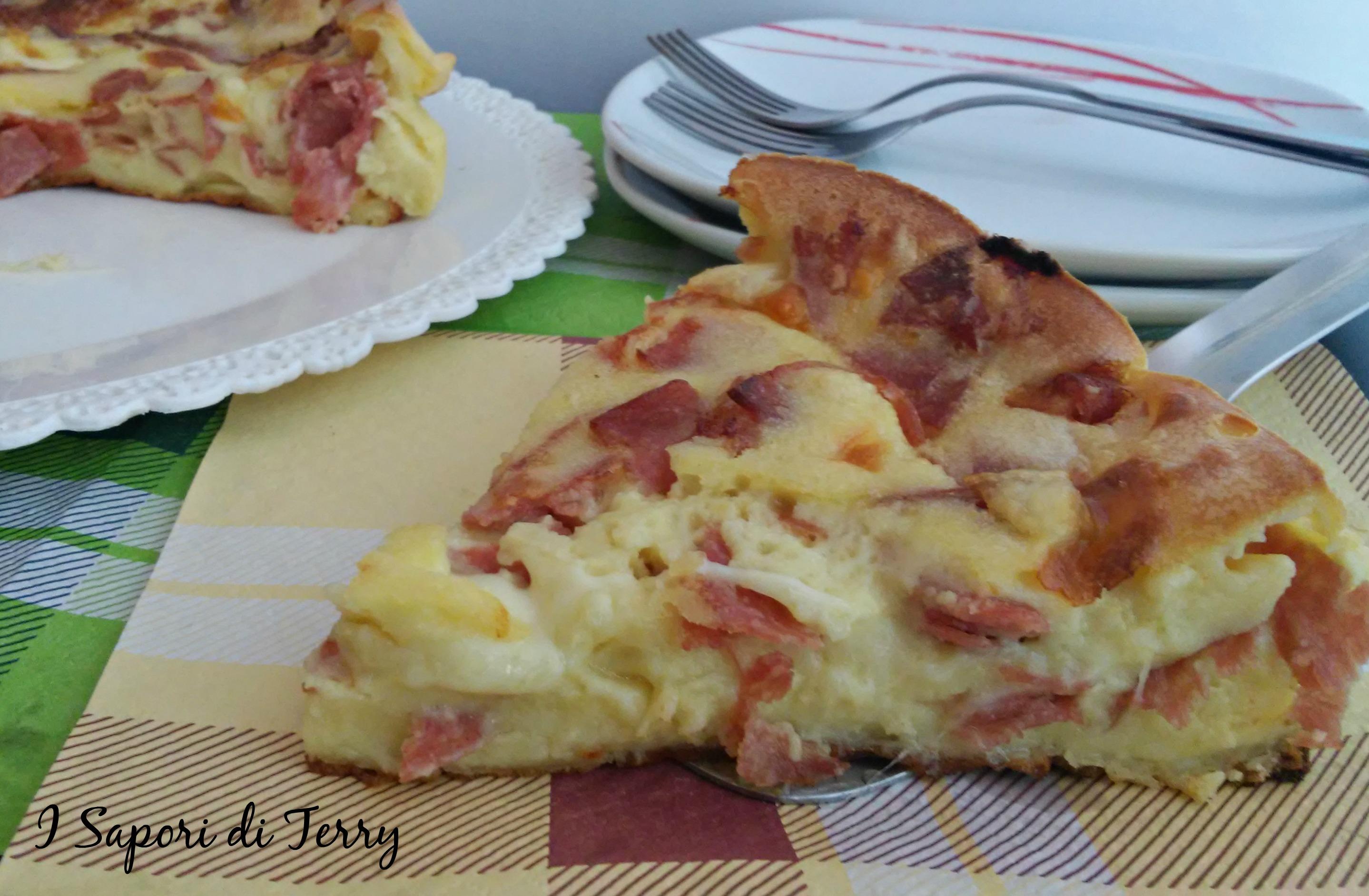 Torta di crepes salata con salumi e formaggi;