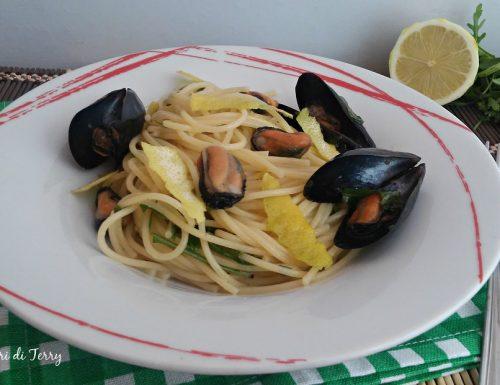 Spaghetti con le cozze rucola e limone