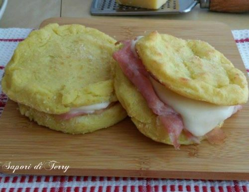 Hamburger di patate con mortadella e scamorza cotte in forno