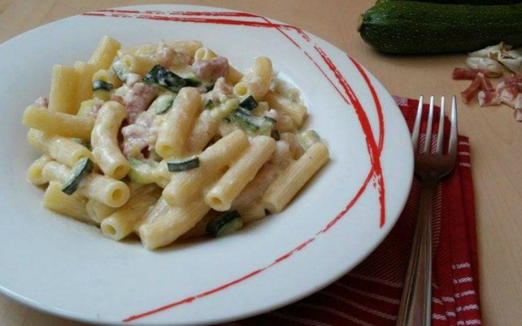 Pasta cremosa con pancetta zucchine e panna