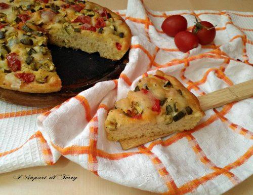 Focaccia con zucchine pomodori e mozzarella