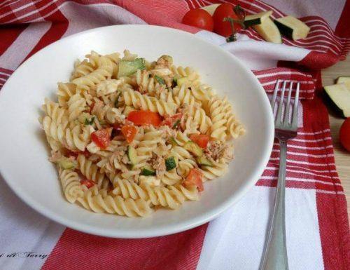 Pasta fredda con zucchine tonno pomodori e mozzarella