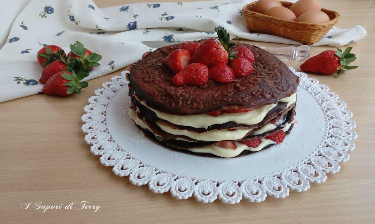 Torta di crepe al cioccolato con crema di ricotta e fragole