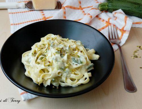 Tagliatelle cremose con zucchine e granella di pistacchi