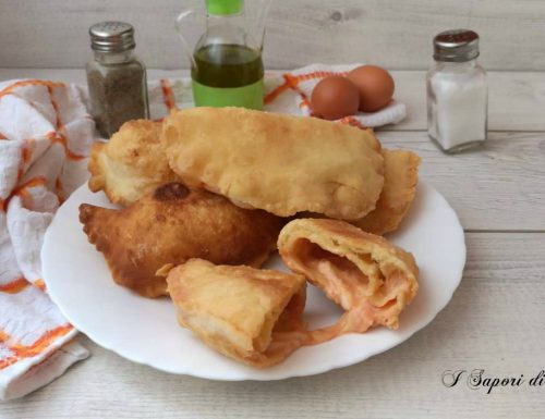 Panzerotti fritti con pomodoro e mozzarella