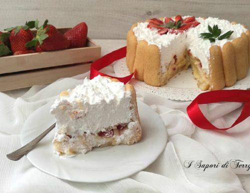 Torta di pavesini con fragole panna e crema pasticcera