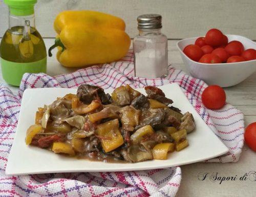 Carne con peperoni carciofi e pomodori