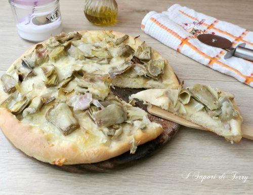 Pizza con carciofi e mozzarella