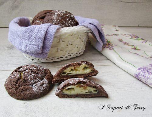 Biscotti al cacao con crema al cioccolato bianco