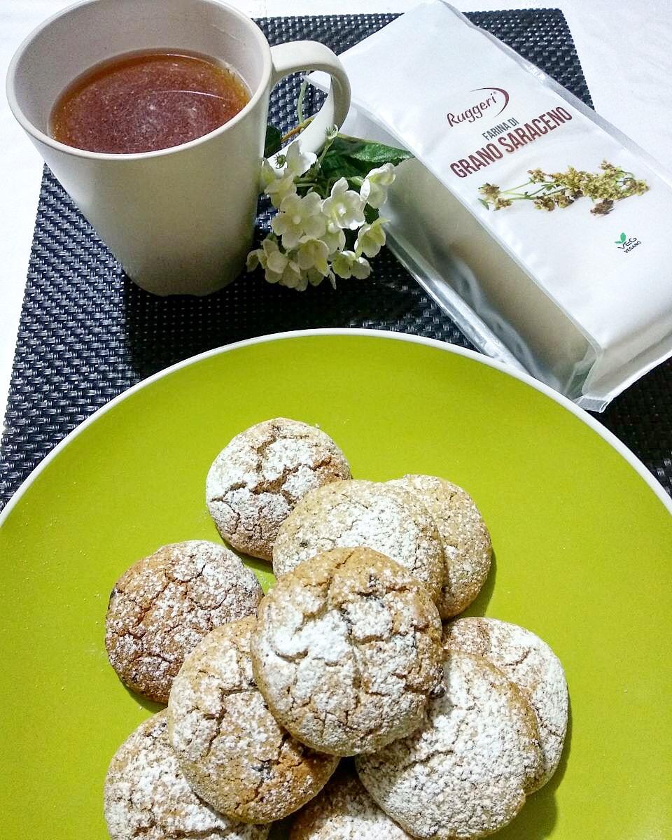 Biscotti con farina di grano saraceno e gocce di cioccolata