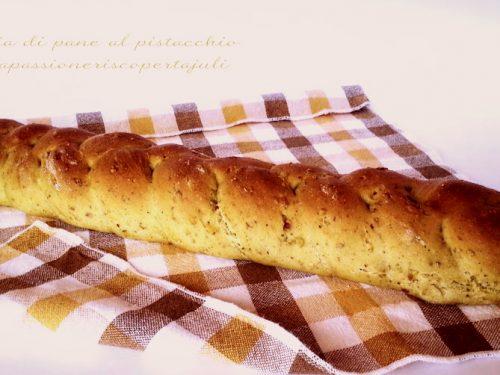 Treccia di pane al pistacchio