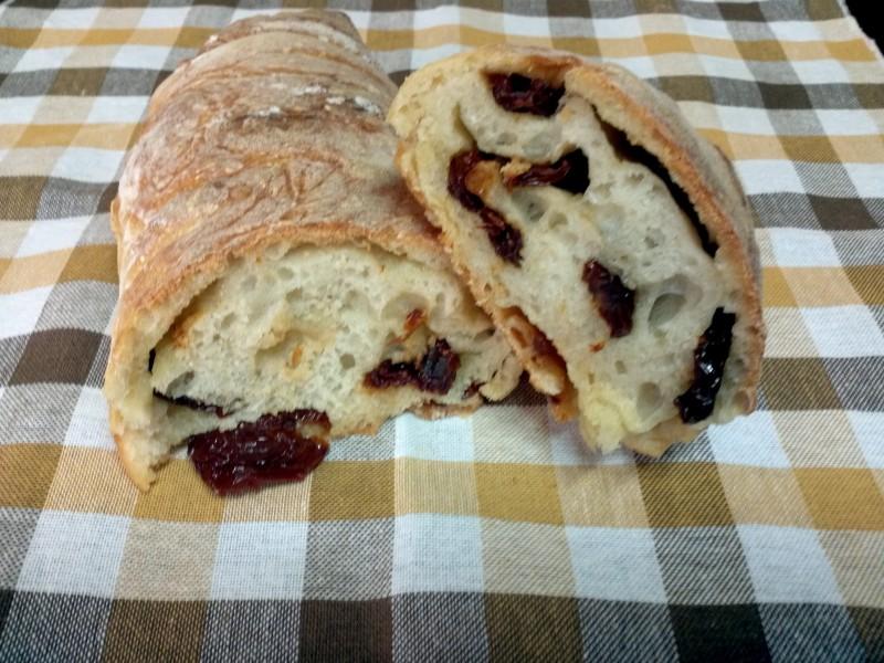 Pane con pomodori secchi con macchina del pane