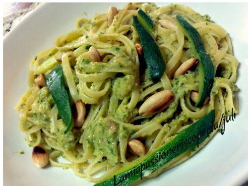 Fettuccine con pesto di zucchine mandorle