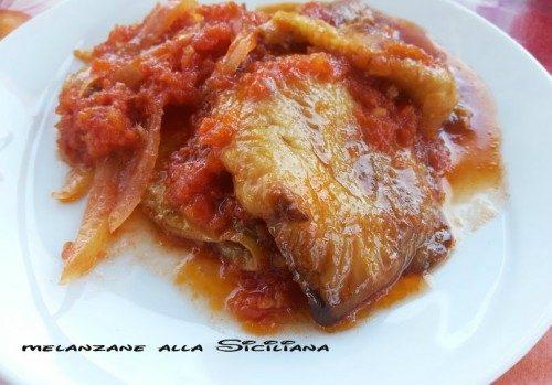 Melanzana e cipolla con salsa di pomodoro fresco.