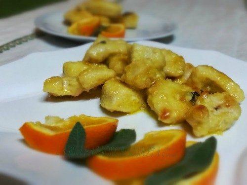 Bocconcini di pollo in padella all'arancio e salvia.