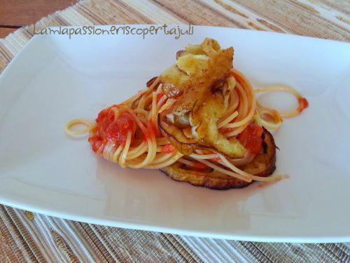 Spaghetti al pomodoro con melanzane