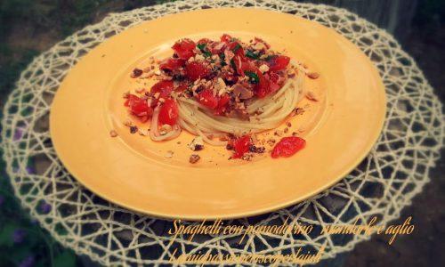 Spaghetti con pomodoro mandorle e aglio