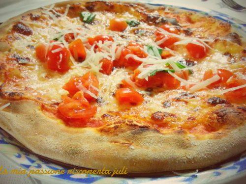 Pizza con scaglie di formaggio e pomodori