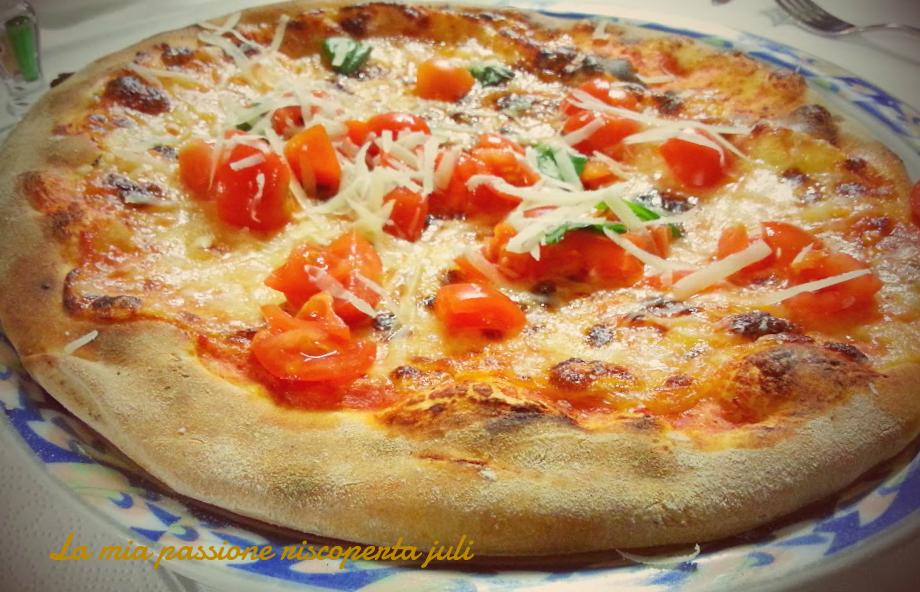 pizza con scaglie fi formaggio e pomodori