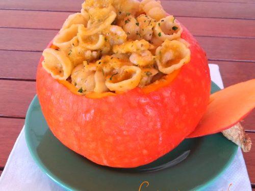 Conchiglie di pasta con zucchine e zucca